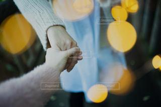 ニットを着た女性が手を握るの写真・画像素材[2732577]