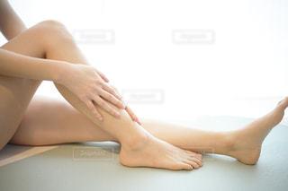 足のスキンケアをする女性の写真・画像素材[3025521]