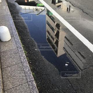 雨,屋外,青空,道路,水たまり,鏡,都会,道,歩道,リフレクション,雨上がり,梅雨,通り,白線,天気雨
