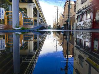 空,橋,雨,青空,道路,高架,水たまり,水面,反射,鏡,都会,電柱,リフレクション,雨上がり,梅雨,天気,白線,雨の日,天気雨