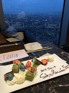 テーブルの上の食べ物の写真・画像素材[2203216]