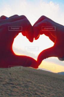 女性,男性,恋人,カップル,砂浜,夕焼け,夕暮れ,手,オレンジ,ハート,幸せ,男女,恋愛,マーク