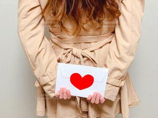 女性,ロングヘア,赤,後ろ姿,手紙,ハート,人物,人,幸せ,恋愛,マーク,ドキドキ,ラブレター