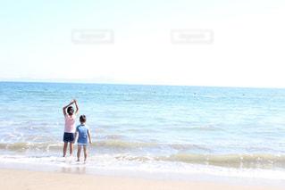 青い服のこどもと海の写真・画像素材[2242337]