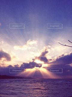 水域の上空の雲の写真・画像素材[2218930]