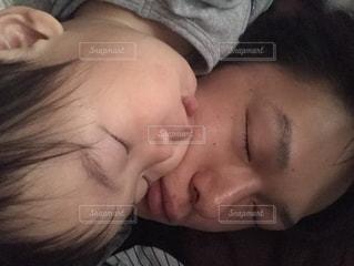 屋内,キス,幼児,睡眠,おやすみ,ありがとう,父の日,感謝,6月16日,寝かし付け