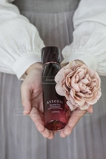 花を持つ手の写真・画像素材[2557891]