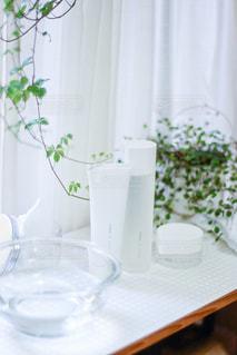 テーブルの上に花瓶の写真・画像素材[2903116]