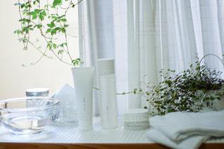テーブルの上に花瓶の写真・画像素材[2903118]