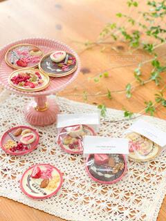 食べ物の皿をテーブルの上に置くの写真・画像素材[4144618]