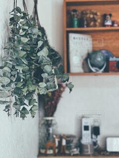 テーブルの上に花の花瓶の写真・画像素材[4367543]