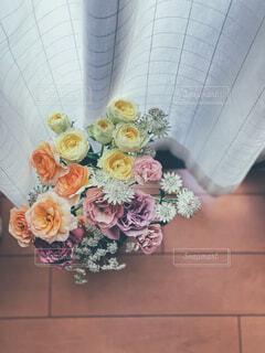 テーブルの上に花束をの写真・画像素材[4367544]