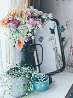 テーブルの上に花の花瓶の写真・画像素材[4367545]