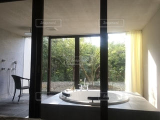 大きな窓のあるホテルの部屋の写真・画像素材[2680919]