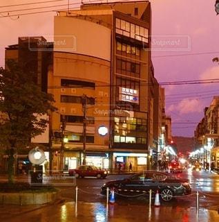 高層ビルに囲まれた交通量で満たされた市街地の眺めの写真・画像素材[2721801]