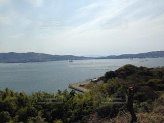 山を背景にした大きな水域の写真・画像素材[2329642]