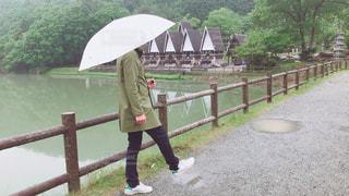 傘を持っている人の写真・画像素材[2210865]