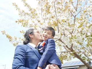 男性,家族,桜,雨,親子,子供,人物,人,絆,パパ,息子,ほっこり,入学式,ありがとう,おめでとう,お父さん,父の日,桜の木,感謝,スーツ,フォーマル,子供の成長,生まれてきてくれてありがとう,6月16日