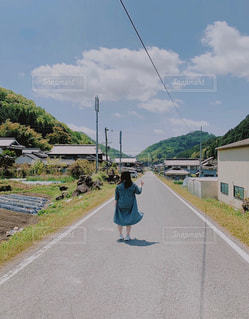 自然,空,屋外,緑,雲,青空,散歩,田舎,山,女の子,レジャー,お散歩,ライフスタイル,おでかけ,一人散歩