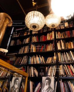 本でいっぱいの本棚のクローズアップの写真・画像素材[2231764]