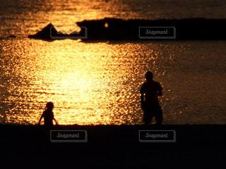 夕焼けの親子の写真・画像素材[2216528]