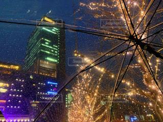 空,建物,夜,傘,屋外,イルミネーション,都会,高層ビル,明るい,雨の日,グランフロント大阪,シャンパンゴールド