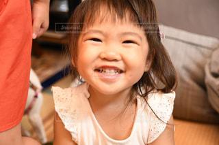 カメラに微笑む小さな女の子の写真・画像素材[2353779]