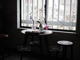 窓の前に座っている椅子の写真・画像素材[2263172]