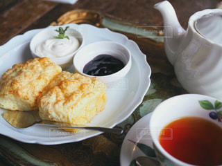 食べ物の皿とコーヒー1杯のクローズアップの写真・画像素材[2263184]