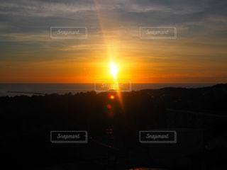 海,空,夕日,屋外,太陽,雲,晴れ,晴天,夕焼け,夕暮れ,夕方,オレンジ,光