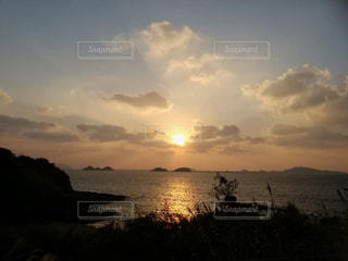 オレンジ色の夕陽の写真・画像素材[2333043]