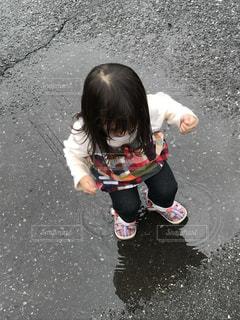 水たまりで遊ぶ子どもの写真・画像素材[2226600]