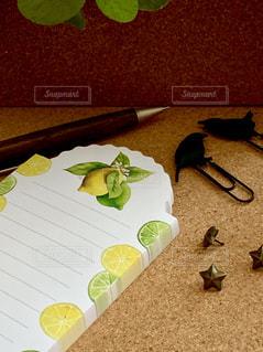 テーブルの上にチラシを積み重ねるの写真・画像素材[2257966]