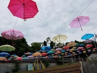 カラフルな傘の写真・画像素材[2218453]