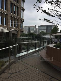 高層ビルのなかの散歩道の写真・画像素材[2264372]