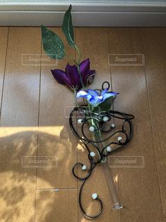 ハートのワイヤーの花花入れの写真・画像素材[2264702]