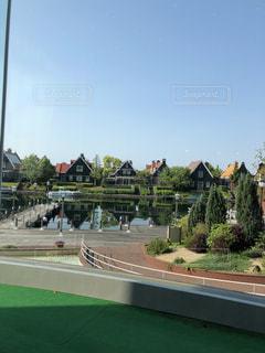 池と家が素敵な散歩道の写真・画像素材[2274222]
