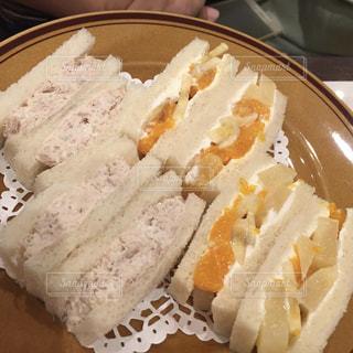 ハーフハーフのサンドイッチの写真・画像素材[2280907]