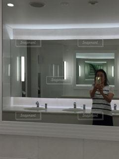 両面鏡のホテルの洗面所の写真・画像素材[2289991]