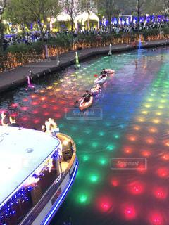船と川と木のライトアップの写真・画像素材[2343390]