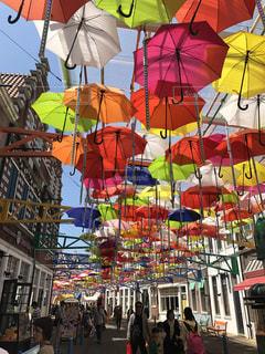 カラフルな傘の天井の写真・画像素材[2344212]