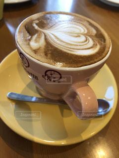 可愛いコーヒーカップと素敵なアートコーヒーの写真・画像素材[2905233]