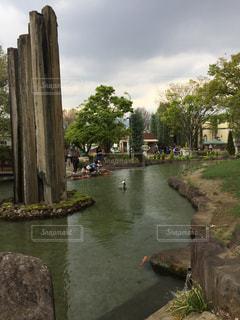 オブジェのある川の写真・画像素材[2987863]