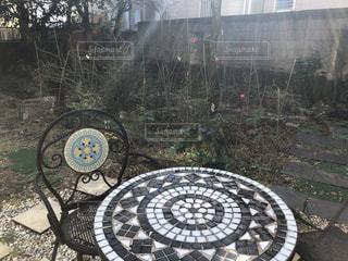 タイルの机のある庭の写真・画像素材[3016708]
