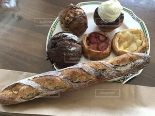 食べ物,カフェ,ケーキ,パン,バケット,デザート,テーブル,皿,リラックス,チョコレート,おうちカフェ,パン屋さん,おうち,菓子,ライフスタイル,ファストフード,スナック,おうち時間