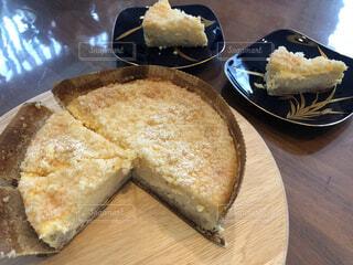 食べ物,スイーツ,ケーキ,デザート,テーブル,リラックス,チーズ,甘い,おいしい,美味しい,おうちカフェ,ドリンク,木目,チーズケーキ,おうち,菓子,ライフスタイル,おうち時間,チーズフロマージュ