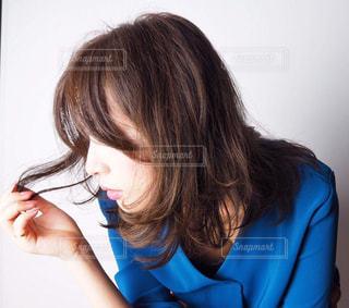 青いシャツを着た女性の写真・画像素材[2232447]