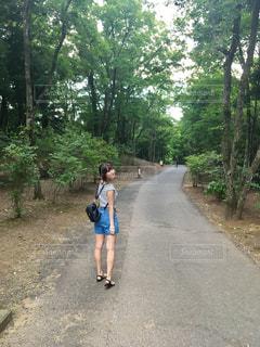 泥道を自転車に乗っている若者の写真・画像素材[2260363]