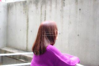 建物の前に立っている女性の写真・画像素材[2281645]