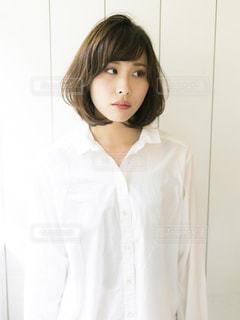 白いシャツを着ている人の写真・画像素材[2313964]